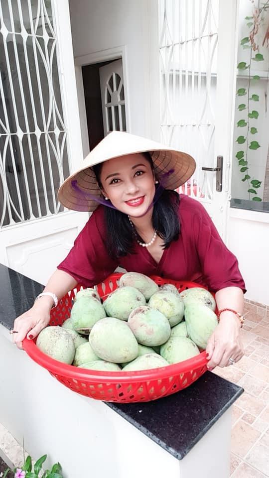 Ngoài những giờ làm việc căng thẳng, Việt Trinh thường xuyên dành thời gian chăm sóc cho khu vườn của mình.
