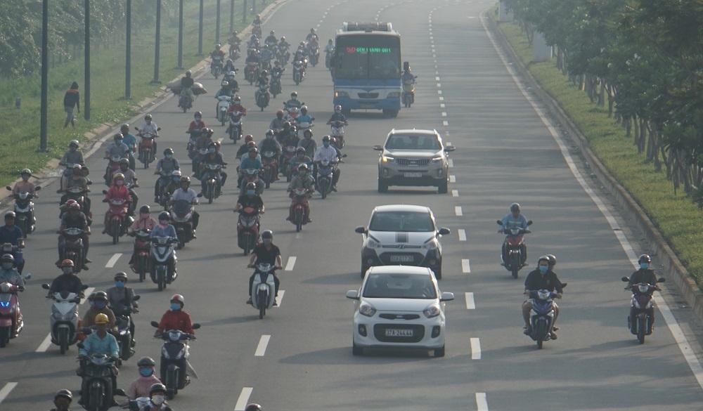 Đường Phạm Văn Đồng có 4 làn đường ô tô theo mỗi chiều di chuyển. Mặc dù, xe máy chỉ chạy vào 1 làn duy nhất nhưng theo quan sát thì giờ cao điểm khắp các làn đường đều có 'dấu bánh' xe máy lưu thông.