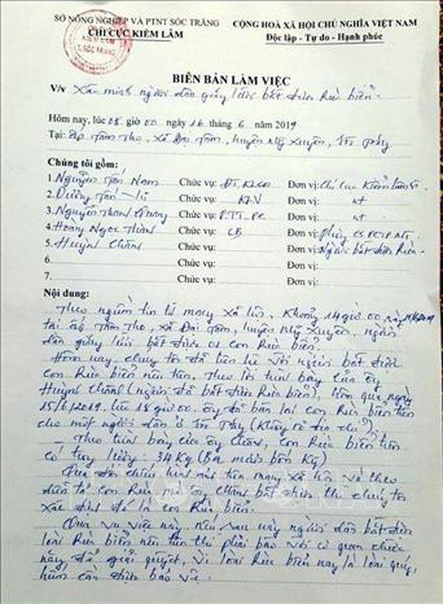 Biên bản vụ việc được Kiểm lâm Sóc Trăng lập sau khi người bắt được rùa biển bán cho một người hảo tâm mua thả ra biển. Ảnh: Trung Hiếu-TTXVN