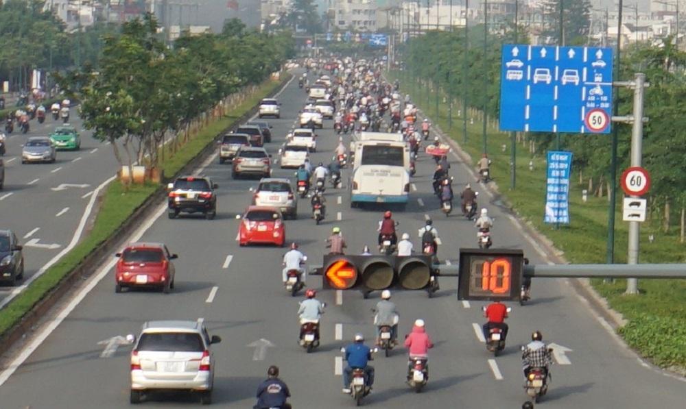 Trên đường Phạm Văn Đồng, từ 6-9h sáng và 16-20h tối, xe máy được phép lưu thông vào làn ô tô, tuy nhiên chỉ chạy vào làn sát dải phân cách.