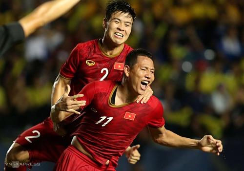 Duy Mạnh ôm vai bá cổ Anh Đức, sau khi đàn anh ghi bàn duy nhất trận đấu với Thái Lan. Ảnh: Đức Đồng.