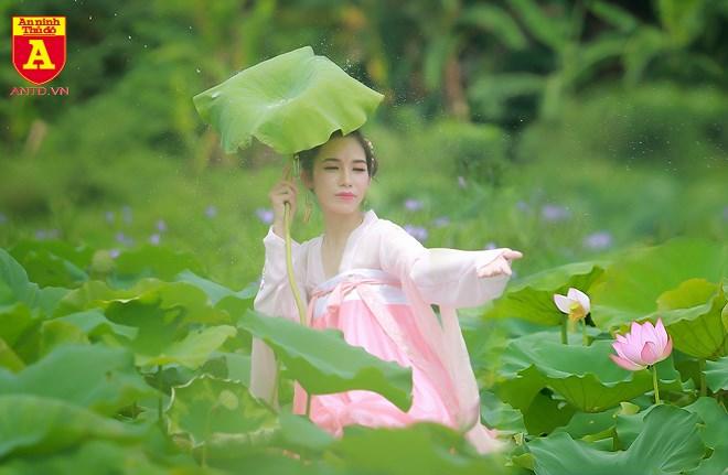 Những trang phục thướt tha mềm mại được nhiều thiếu nữ lựa chọn khi chụp ảnh bên hoa sen.