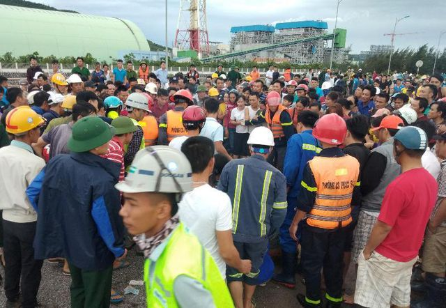 Rất đông người tập trung quanh hiện trường.