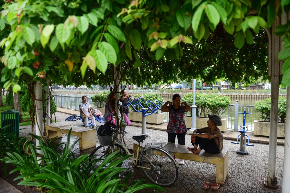 Bờ kè Nhiêu Lộc - Thị Nghè được cải tạo có nhiều ghế đá, cây xanh là điểm thể dục, thể thao và sinh hoạt văn hoá yêu thích của người dân.