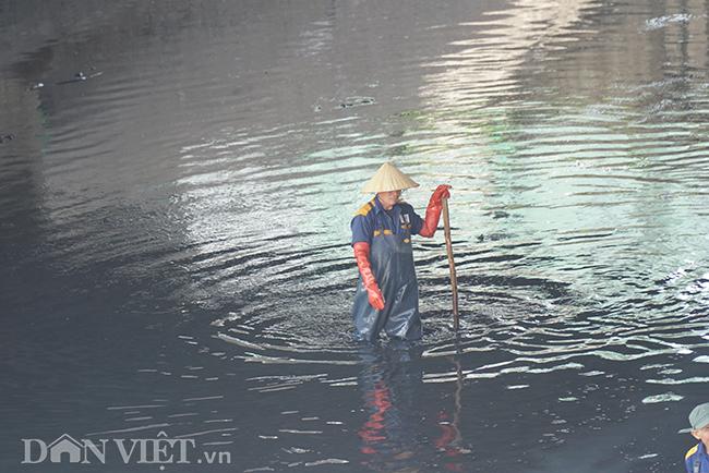 Song song với việc thử nghiệm công nghệ làm sạch nước của Nhật Bản, các công nhân vẫn sẽ tiếp tục vớt bùn để làm sạch dòng sông.