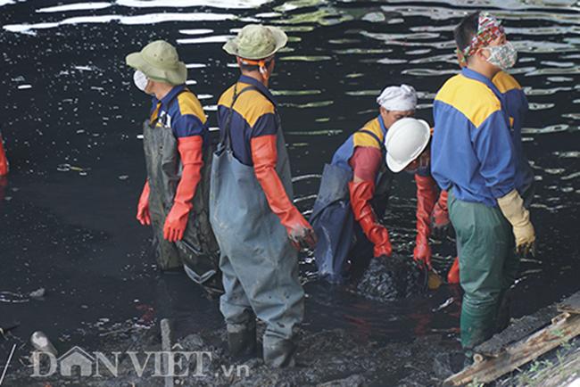 Ở những nơi cạn nước, bùn sẽ được vét thủ công bằng tay và đưa lên bờ.