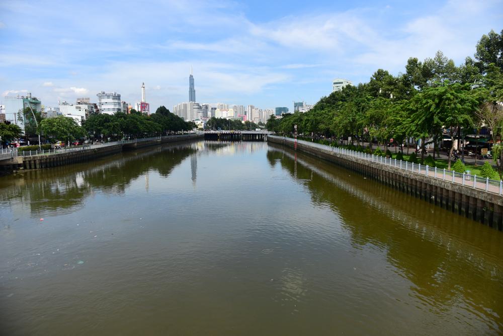 Tuyến kênh Nhiêu Lộc - Thị Nghè trải dài dọc các quận Tân Bình, Phú Nhuận, Bình Thạnh, quận 1, 3 trước đây vốn là dòng kênh ô nhiễm trầm trọng. Từ năm 2002, TP.HCM khởi động dự án cải thiện vệ sinh môi trường. Năm 2012 dự án hoàn thành, dòng kênh được tái tạo.