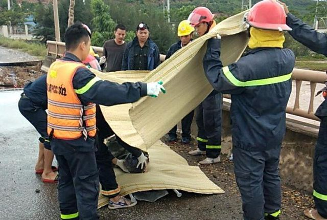 Các nạn nhân đã được đưa lên khỏi hố sụt lún.