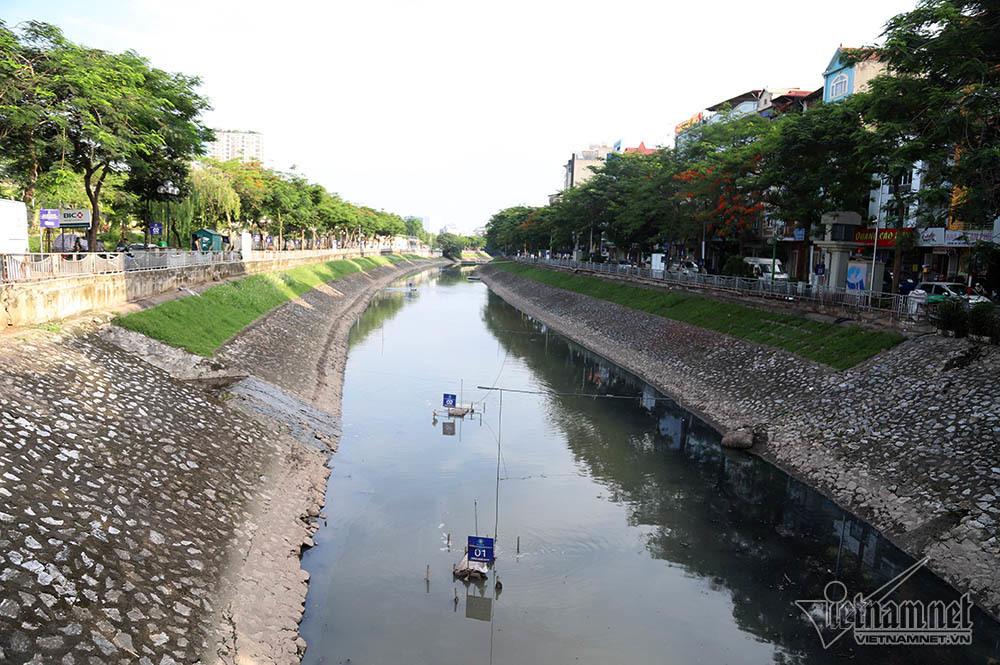 Sông Tô Lịch trước khi nước hồ Tây chảy vào mực nước khá thấp, đen đặc và bốc mùi khó chịu.