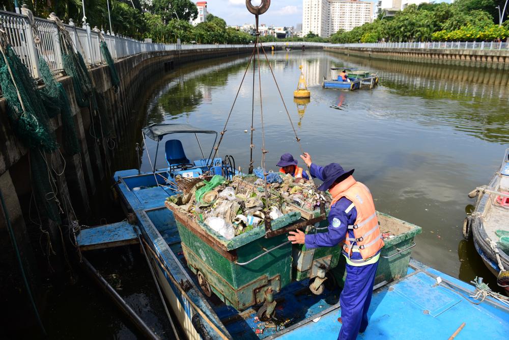 Công nhân vất vả dọn rác dọc kênh Nhiêu Lộc - Thị Nghè mỗi ngày.