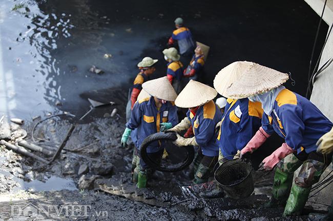 Bùn đất, rác thải các loại trên đoạn sông này sẽ được các công nhân đưa hết lên bờ để mang đi tiêu hủy.