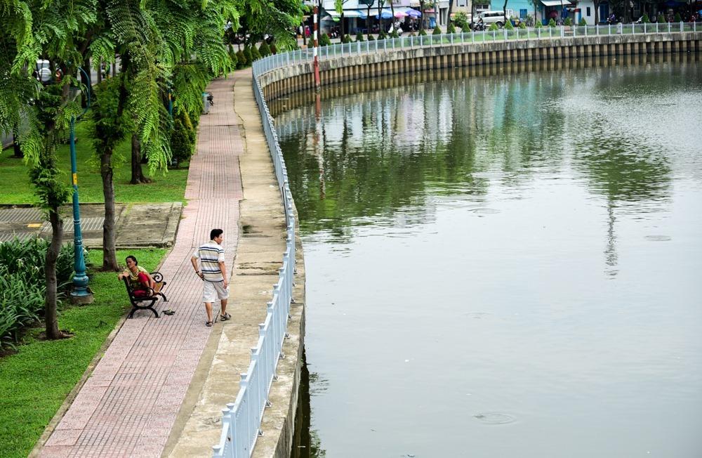 Đường Trường Sa và Hoàng Sa được mở rộng, mặt đường hai bên dòng kênh đã bằng phẳng, vỉa hè được lót đá, lắp đặt đèn chiếu sáng với hệ thống cây xanh tạo nên cảnh quan sạch sẽ, thoáng đãng.