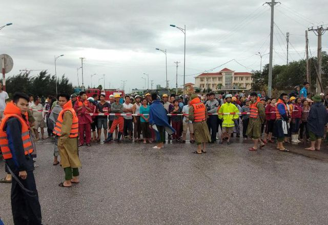 Lực lượng chức năng dựng rào chắn, ngăn không cho người dân tiếp cận hiện trường.