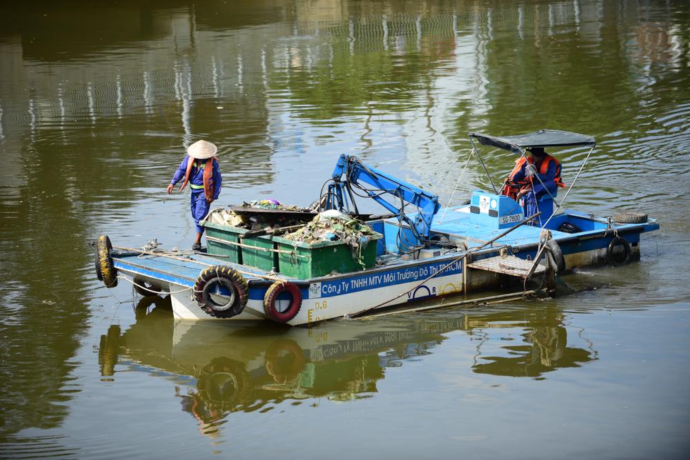 Hàng ngày, công nhân Công ty TNHH MTV Môi trường đô thị TP.HCM vớt gần 10 tấn rác. Cá biệt khi mưa đầu mùa, lượng rác và cá chết lên đến hàng chục tấn.