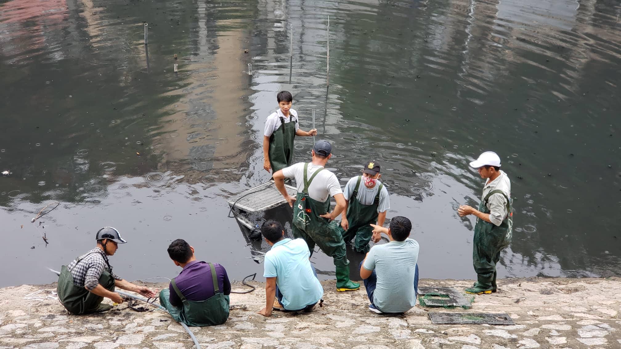 Những chiếc máy sục khí Nano công nghệ Nhật Bản đặt dưới sông Tô Lịch được tháo mang lên bờ để bảo dưỡng.