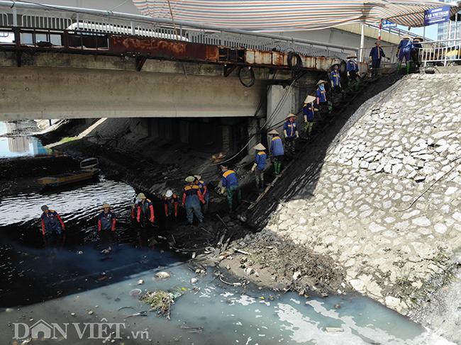 Hàng chục công nhân cùng nhau nạo vét bùn giúp cho sông Tô Lịch sạch hơn, đỡ bốc mùi hơn trong những ngày nắng nóng.