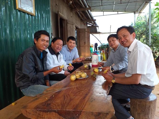 Định Farm (ngoài cùng bên trái), ông Nguyễn Lân Hùng (người thứ 2 từ trái qua) cùng đoàn tham quan thưởng thức dưa Pepino.