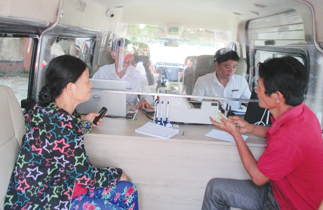 Mô hình phòng giao dịch di động bằng xe ô tô của Agribank Quảng Nam đã giúp cho người dân miền núi có điều kiện tiếp cận nguồn vốn nhanh chóng.