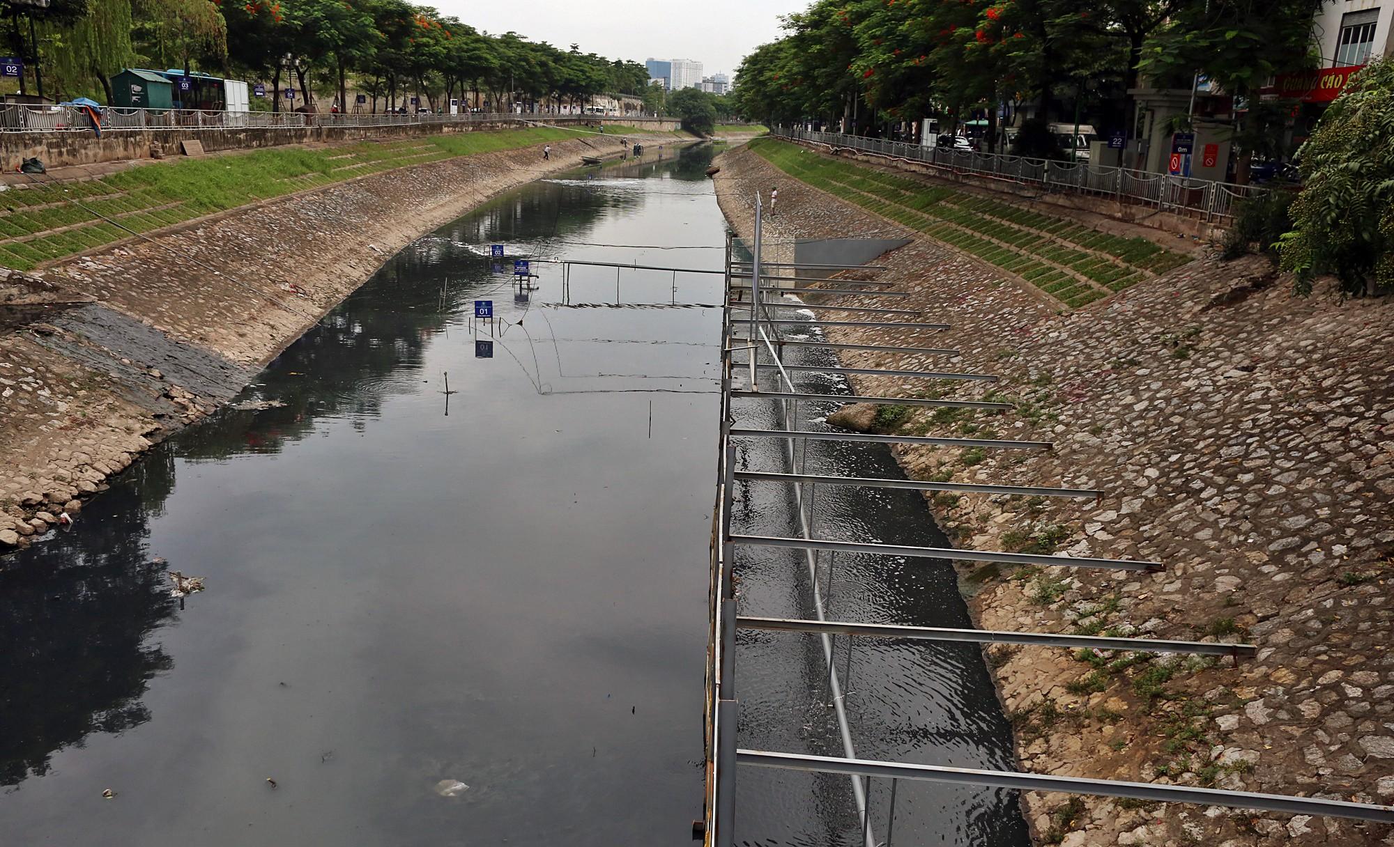 Khu vực trình diễn xử lý bùn thành CO2 và nước quây bằng rào sắt rộng chùng 70m2 vẫn hoạt động bình thường.