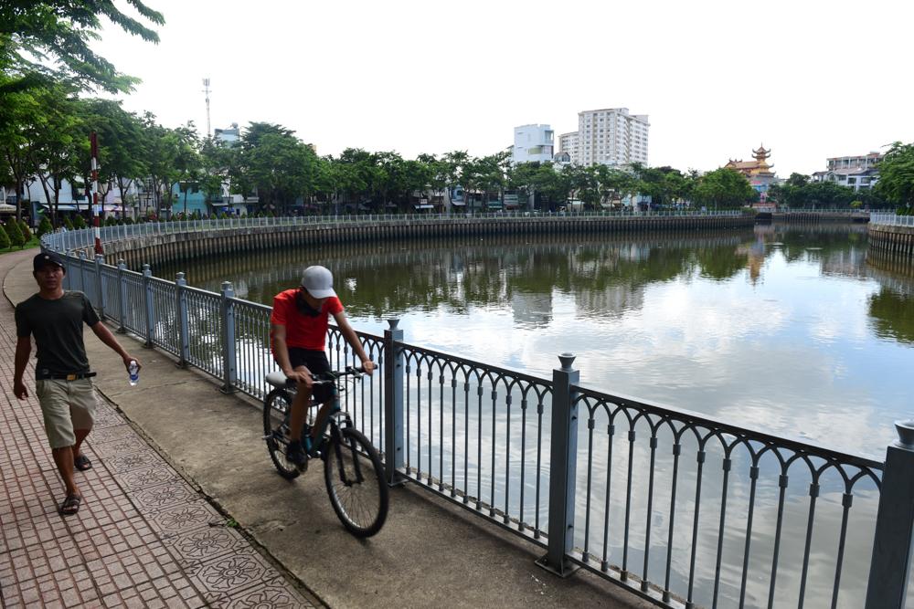 Hàng ngày, rất đông người dân đi bộ, chạy bộ dọc kênh Nhiêu Lộc - Thị Nghè.