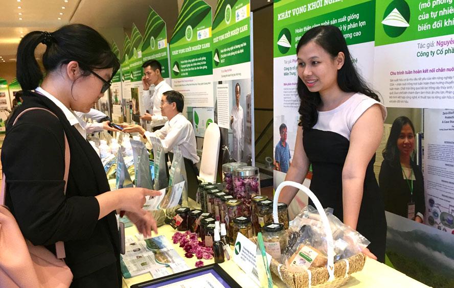 Chị Nguyễn Phương Thảo (phải) giới thiệu với khách hàng các sản phẩm của Nguyên Khôi Xanh.