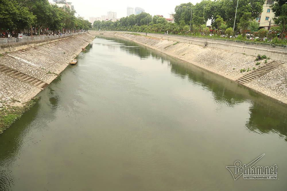 Đoạn sông gần Ngã Tư Sở cũng bắt đầu chuyển màu.