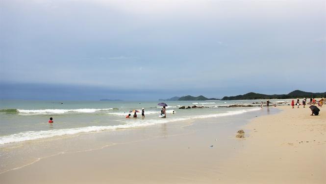Bãi tắm Minh Châu cát mịn như nhung.