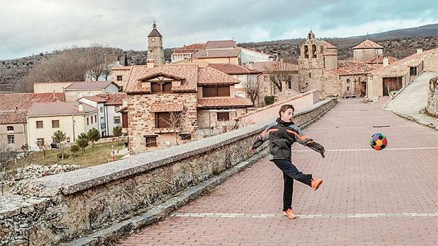 Cậu bé Juan Romero, 11 tuổi là cậu bé duy nhất ở làng Selas, ngôi làng chỉ có chín người ở Monina De Aragons.