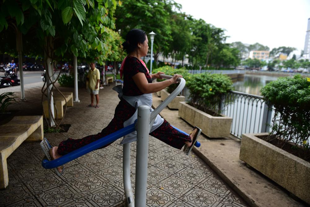Người dân tập thể dục, tận hưởng bầu không khí trong lành bên bờ kênh.