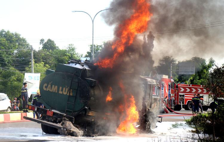 Xe bồn bị tông móp, thủng và bốc cháy. Ảnh: Nguyễn Khoa.