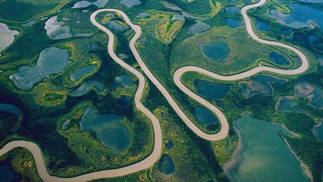 Không hề có một cây cầu bắc qua con sông dài nhất thế giới này. Ảnh: National Geographic.