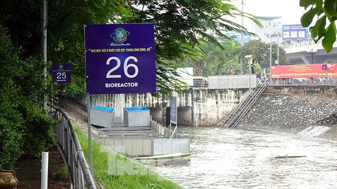Do mưa lớn trên địa bàn Hà Nội mấy ngày qua cùng với nguồn nước được xả từ Hồ Tây khiến cho hệ thống máy móc của khu vực thí điểm bị chìm sâu dưới nước.