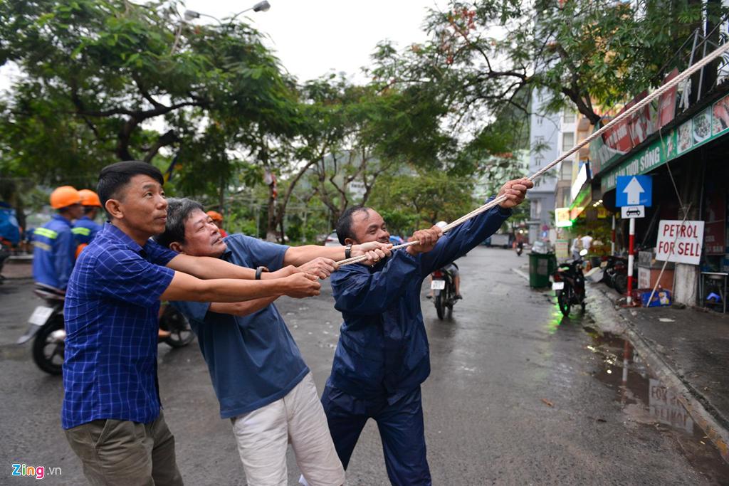 Trong khi đó phía ngoài đường, nhiều nhà dân đang chằng chống mái đề phòng thiệt hại bão.