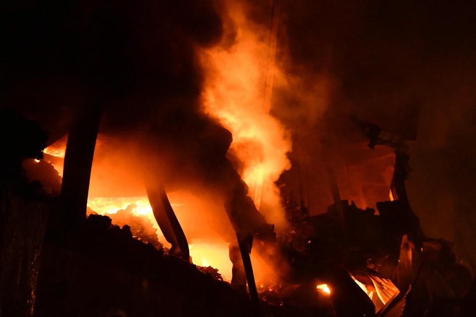 Đám cháy bùng phát mạnh bên trong nhà máy bóng đèn phích nước Rạng Đông.