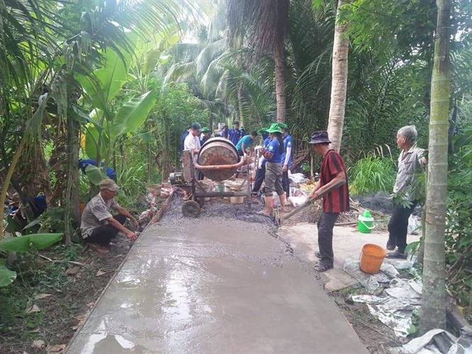 Phong trào xây dựng giao thông nông thôn được người dân tích cực hưởng ứng.