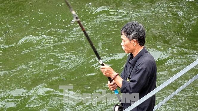 Người thì dùng cần câu với máy móc hiện đại để buông câu.