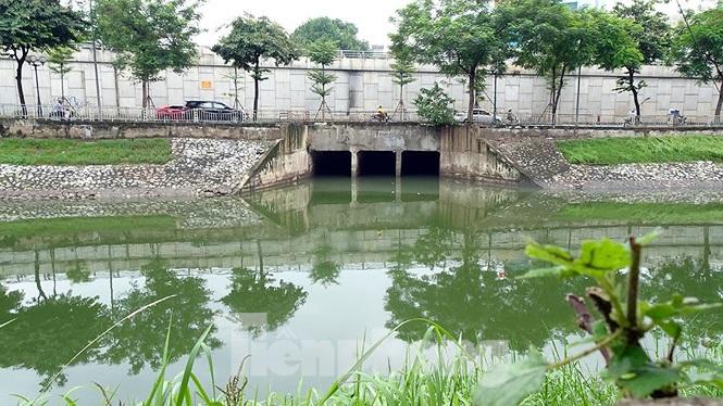 Nước sông Tô Lịch trong veo sau cơn bão số 3.