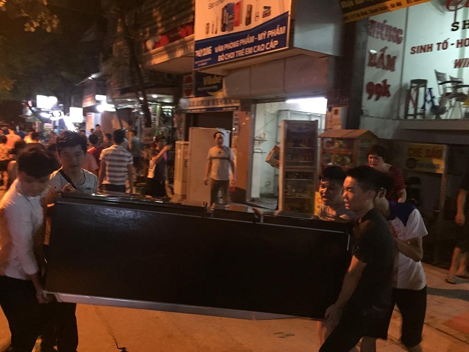 Khoảng 15 nhà dân liền nhau đã di chuyển hết đồ đạc ra đường.