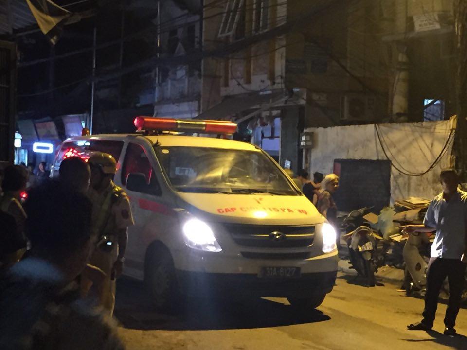 Xe cứu thương tới hiện trường.