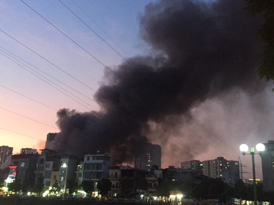 Cột khói khổng lồ bốc lên từ đám cháy.