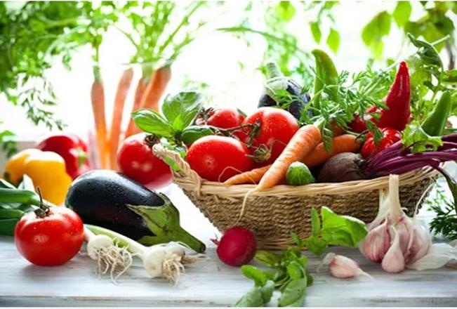 Thực phẩm sạch là thực phẩm được nuôi trồng vẫn sử dụng các chất hóa học như thuốc trừ sâu, hóa chất tổng hợp... nhưng không gây hại cho người tiêu dùng.
