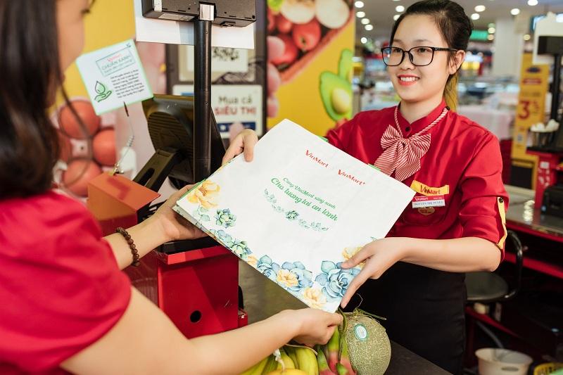"""Hơn 10.000 chiếc túi sử dụng nhiều lần của VinMart đã được tặng cho những """"khách hàng xanh"""" đầu tiên đồng hành cùng chương trình."""