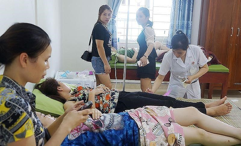 Các du khách đang được điều trị tại bệnh viện trong một vụ ngộ độc xảy ra khu du lịch biển Hải Tiến (Thanh Hóa). Ảnh: Đ.Trung