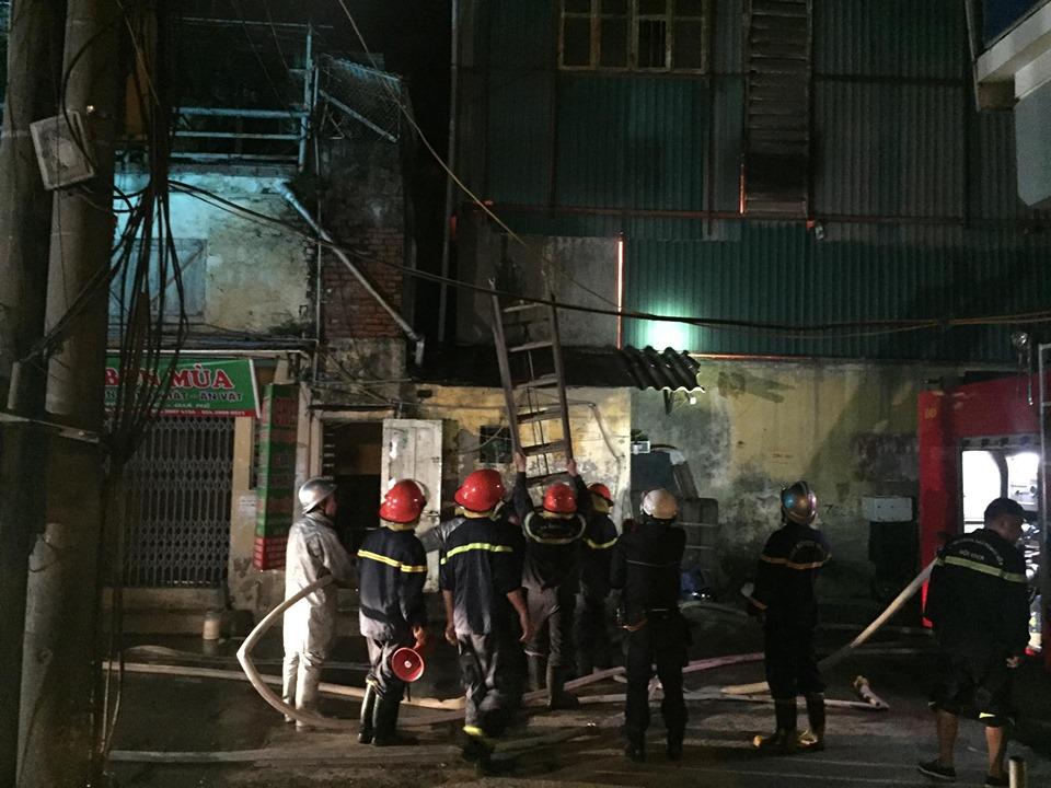 Cảnh sát đang nỗ lực ngăn cháy lan.