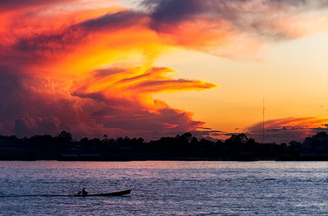 Hoàng hôn trên sông Amazon ở Leticia, Colombia. Ảnh: Wikipedia.