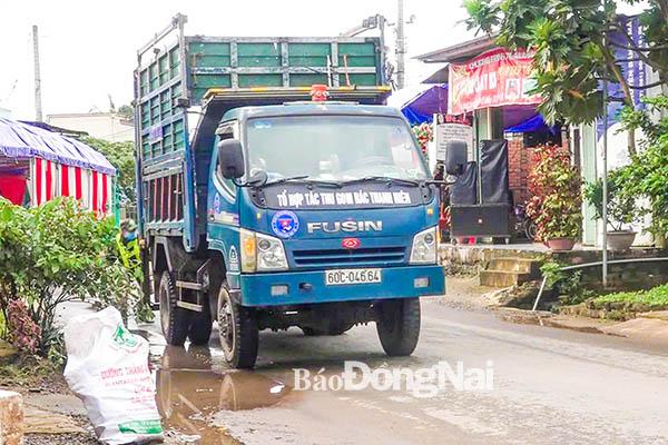 Xe của Tổ hợp tác thu gom của Đoàn xã Thanh Sơn (huyện Tân Phú) thu gom rác thải sinh hoạt của người dân 2 xã Thanh Sơn và Phú Lâm.