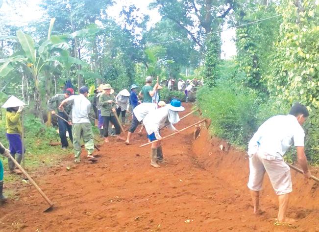Người dân Cam Lộ tích cực tham gia hiến đất, góp công xây dựng đường bê tông nông thôn.