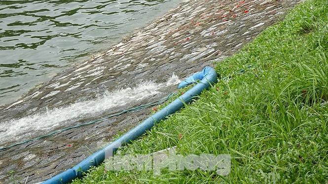 Theo ghi nhận của phóng viên, tại khu vực thí điểm sạch sông Tô Lịch bằng công nghệ Nano-Bioreactor, mặc dù hệ thống máy móc để làm sạch sông Tô Lịch đã bị chìm sâu dưới nước thế nhưng hệ thống máy móc vẫn hoạt động bình thường.