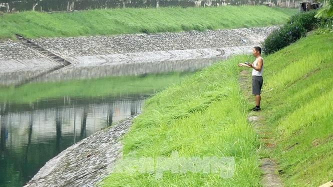 Có người dùng cách câu là quang lục để bắt cá.