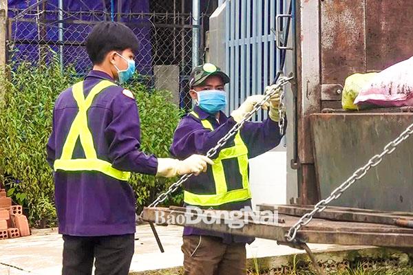 Các thành viên Tổ hợp tác thu gom rác của Đoàn xã Thanh Sơn (huyện Tân Phú) kiểm tra xe, bàn nâng trước khi đi làm. Ảnh: M.Thành